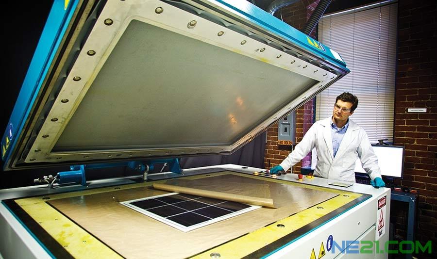 这是一台大型层压机(laminating machine),操作者是丹·道波(Dan Doble),他是弗劳恩霍夫中心(Fraunhofer)光伏模块组(PV Modules Group)组长,在把太阳能电池密封在保护封装内。为了赚回成本,太阳能电池板必须很好地使用几十年,而且经常处在极端条件下。甚至少量的水汽进入电池板,也会腐蚀接触部件,并降低其性能。 来源:麻省理工科技创业