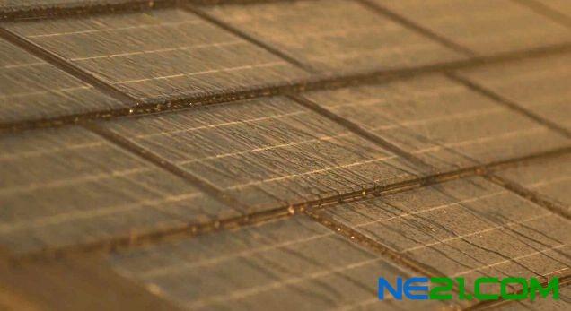 太阳能光伏电池瓦片铺上屋顶