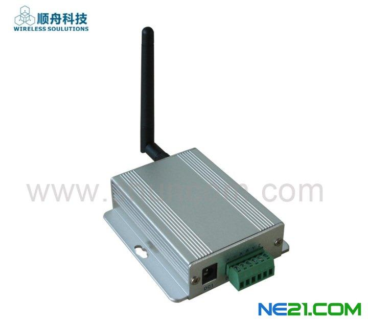 光伏电站主要由光伏电池阵列、汇流箱、低压直流柜、逆变器、低压交流柜、升压变压器组成,最后产生的高压交流直接并入电网或者接入本地负载。针对每个环节电力参数检测的需要,上海顺舟电子科技有限公司推出了基于zigbee的光伏电站无线监控系统,实现对分布在不同区域的光伏发电站的监控。系统通过对光伏组件、汇流箱、逆变器、气象传感器、智能电表、太阳跟踪控制系统等不同设备进行数据采集,利用局域zigbee无线传感器