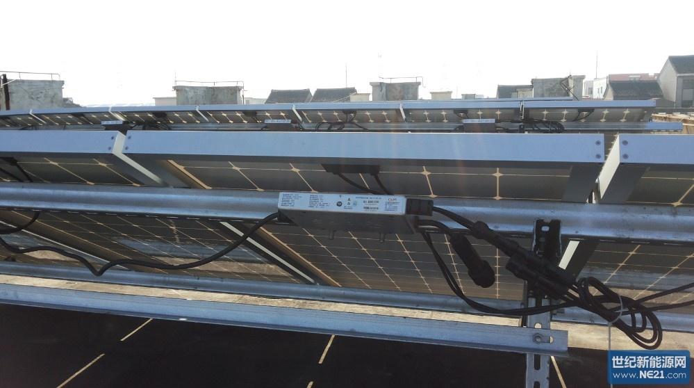 2013年11月27日,国家能源局发布了《分布式光伏发电项目管理暂时办法》,为企业屋顶光伏电站并网和取得0.42元度电补贴扫清了障碍。位于上海松江叶榭工业区的正美电子,积极申报屋顶光伏电站并网手续,经过1个多月的施工以及APS技术服务部周工远程技术支持,于2014年1月23日上午完成并网。该光伏电站总容量18.
