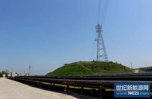 特高压输电线横穿发电站,利用电站正中央的铁塔并网(摄影:日经bp