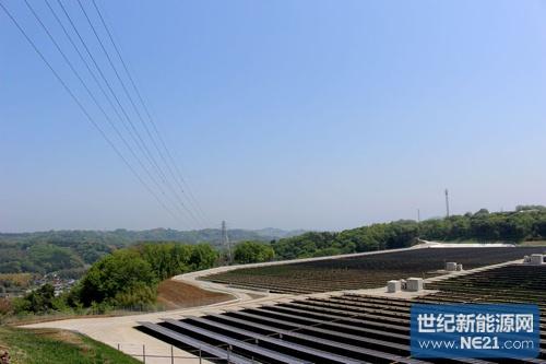 特高压输电线横穿百万瓦级光伏电站,因此可以通过电站正中央的铁塔