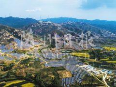 湖北随县万和镇山坡光伏发电 山顶风能发电的巨大场景