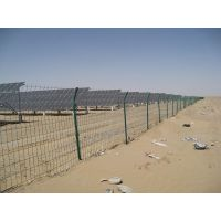 光伏场区采用刺丝围栏钢丝围栏网,光伏电站园区锌钢护栏围墙