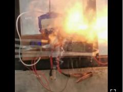 网友硬核进行宁德时代三元锂电池穿刺测试!瞬间起火爆炸